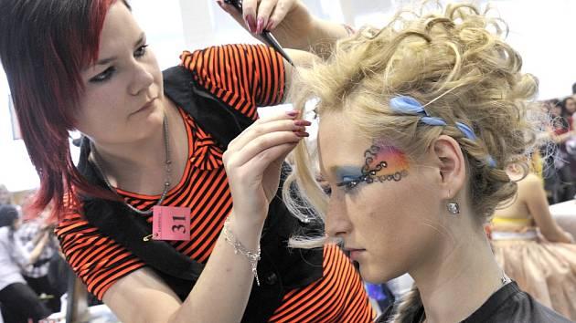 Budoucí kadeřnice a kosmetičky se sjely do Střední odborné školy v Lanškrouně. Na Kalibr cupu si vyzkoušely svoji kreativitu a cit v účesové tvorbě, líčení a úpravě nehtů.