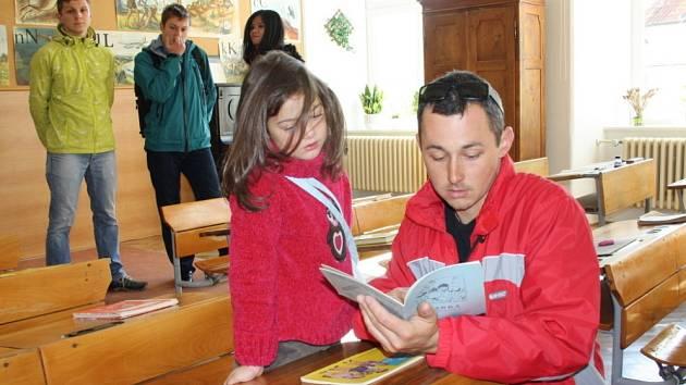 MILAN JŮZA listoval s dcerkou Nelinkou v jedné ze tříd v písankách. Začala chodit do stejné školy jako kdysi táta. Moc se jí tam líbí, protože tam má kamarády.