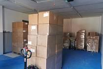 Potravinová banka v Chotovicích rozdělí mezi potřebné 600 tisíc roušek. Čeká i na dodávku respirátorů.