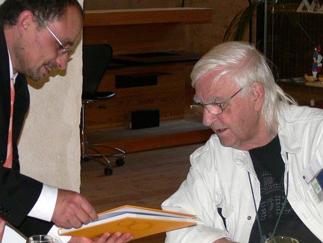 Akademický malíř Bohdan Kopecký (vpravo)