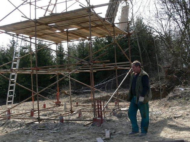 Nad Březovou roste nová rozhledna. Vyhlídková plošina bude v patnácti metrech.