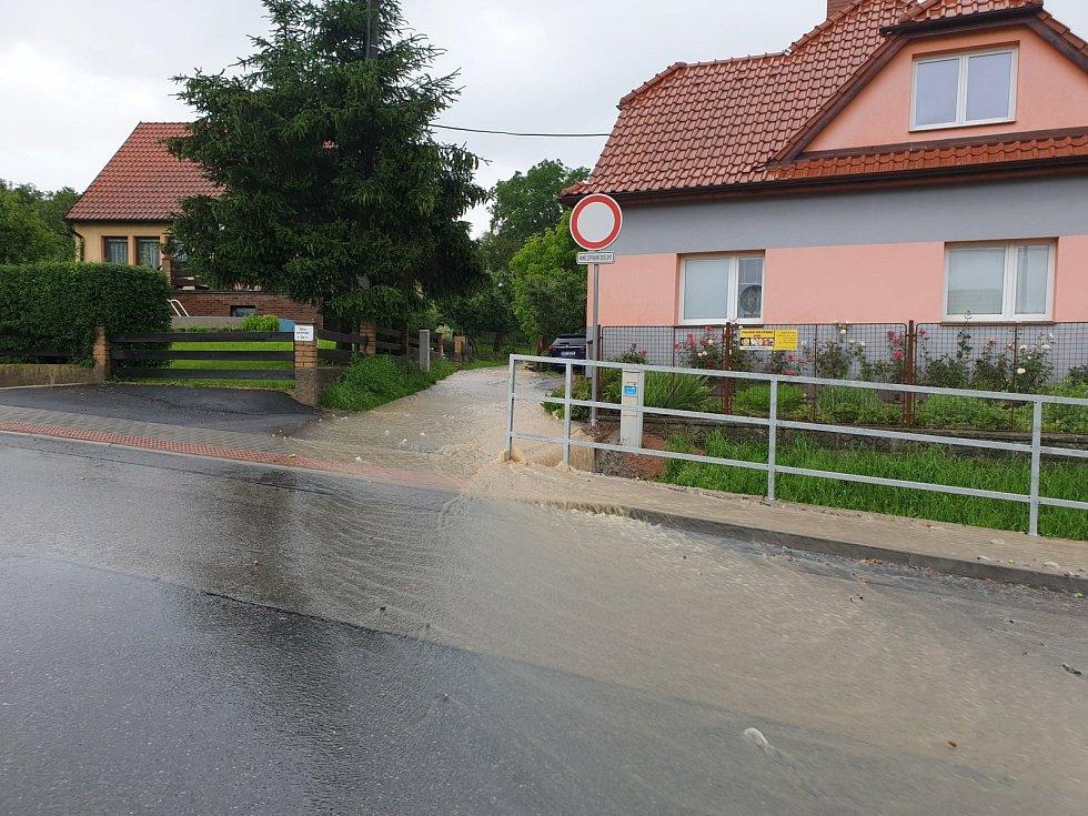 V Litomyšli, ulice Na Lánech, došlo vlivem dešťů k sesutí svahu