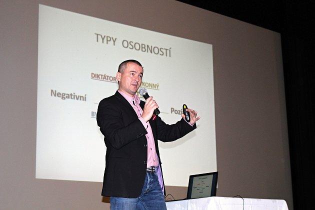 Přednášející Jaroslav Dvořák.