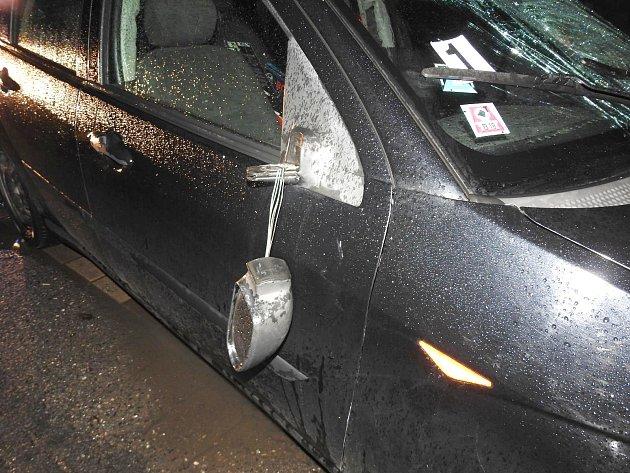 Policisté hledají svědky nehody, při které byl zraněn chodec.