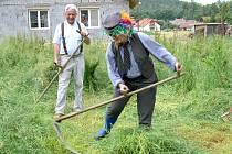 V poříčí se lidé kosou ohánějí i v době sekaček. Téměř dvě desítky sekáčů se sešly v sobotu ve vesnici u Litomyšle. Konal se tady první ročník ojedinělé soutěže Zlatá kosa.