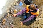 Archeologové při práci na zámeckém návrší v Litomyšli