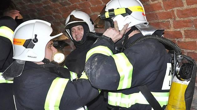 Pohyb v dýchací technice  v podzemních  chodbách  byl pro hasiče náročný.  V pondělí  odpoledne trénovali na skutečný zásah v podzemí. Jsou připraveni!