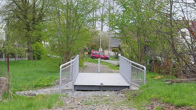 Nový most přes Bílý potok v místě bývalé vlečky do Bořin.