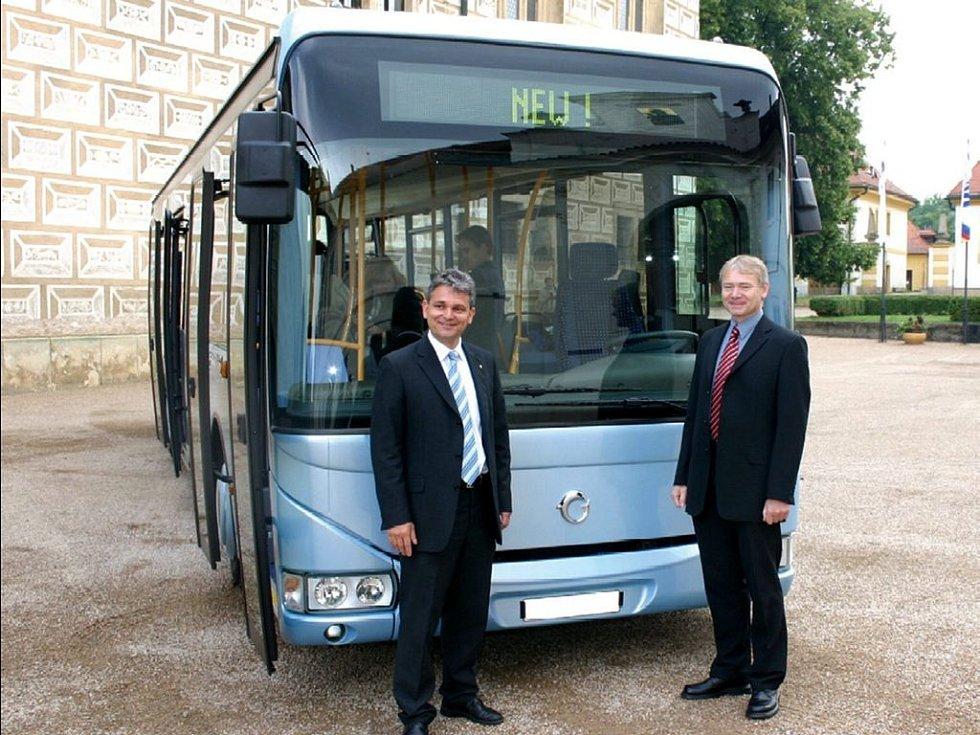 Zástupci firmy Irisbus Iveco Petr Rusek a Jiří Vaněk před novým autobusem.