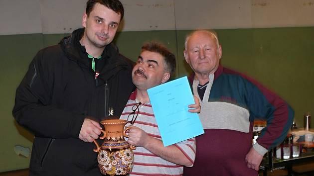 Vítězem tradičního turnaje se stal Jakub Ertl.  Na fotografii jsou dále Milan Říha a Jaroslav Nepraš.