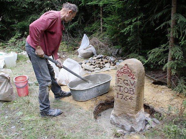 Jaroslav Nesiba z moravskoslezské akademie ukotvil hraniční kámen na původní místo na hranici Čech a Moravy. Kde je zbývající šest mezníků, které zmizely koncem roku 2007,  je otázkou.