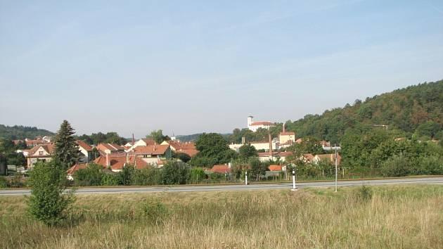 ČERNÁ HORA  od východu. R43 může obec obejít z východu nebo ze západu.