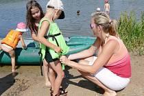 MALÍ INDIÁNI si hráli u svitavské Rosničky. Účastníci příměstského tábora, který se koná při rodinném centru Krůček, včera zamířili k rybníku.