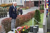Mladí vojáci i ti, kteří si prožili válečné hrůzy, ztrátu kamarádů a přežili i všechny útrapy různých režimů, rozdělení země a další události, které si dnes neumíme ani představit, vzpomínali na ty, kteří se svobodných dnů nedočkali.