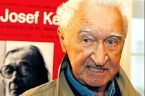 Několik historek o Josefu Kemrovi dal na vernisáži k dobru i Miloš Nesvadba.