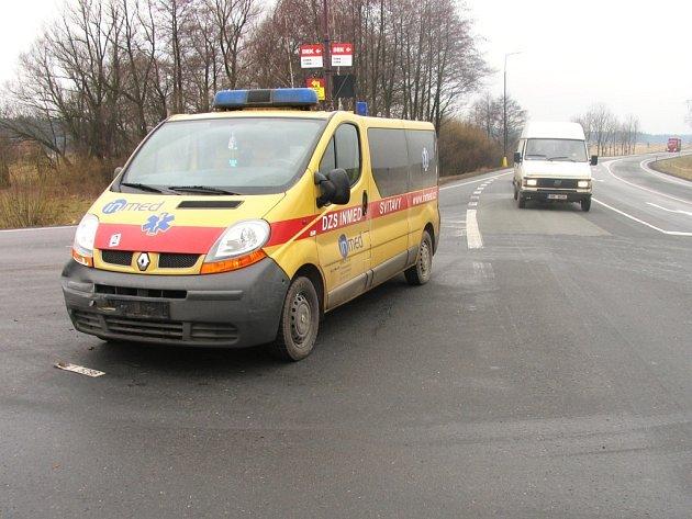 U čerpací stanice se srazil osobní automobil se sanitkou.