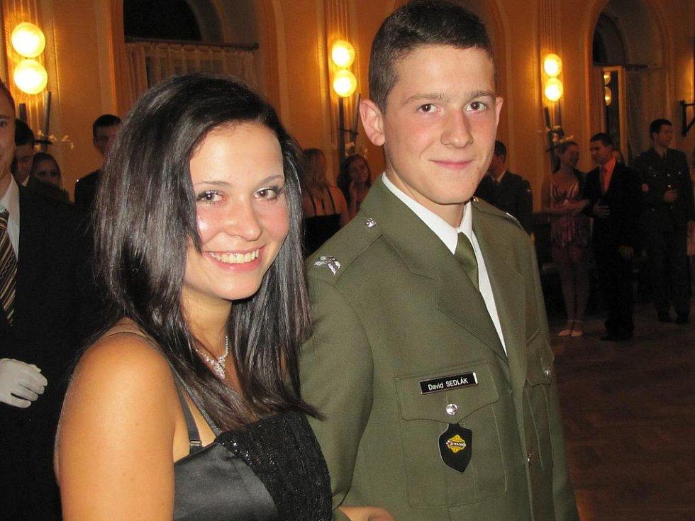 Budoucí vojáci ze Třebové 'válí' v tanečních.