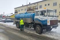 Kolísání teplot způsobuje havárie na vodovodním řadu. Cisterny jako náhradní zdroje vody ale vodohospodáři v mrazech nemůžou nasadit.