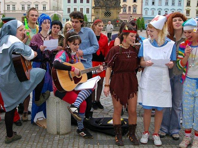 Čtvrťáci místního gymnázia pri posledním zvonění.