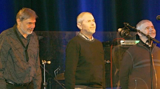 DAVID, MAREK, KRYŠTOF EBENOVÉ (zleva). Po úspěšném koncertu ve Svitavách se klaní nadšenému publiku. Ten večer odcházeli všichni s úsměvem na tváři.