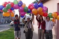 Klienti poličské Charity rozdávali 1. září školákům nafukovací balónky a školní potřeby. Chtěli tak upozornit na znovuotevření svého terapeutického obchodu Fimfárum.