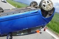 Mladý řidič převrátil auto uprostřed silnice na střechu.