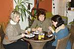 POPOVÍDAT I POČÍST. Lidé se chodí do Pralinky především odreagovat. Láká je příjemné prostředí kavárny i vstřícný personál.