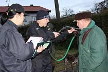 Myslivci v Makově měli v sobotu nečekanou návštěvu. Ještě než vyrazili za zvěří, prověřili je policisté. Všechny doklady i zbraně měli v pořádku.