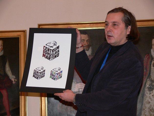 Grafik Vladimír  Slivka oficiálně  představil na poličské radnici  logo  Centra Bohuslava Martinů, které se otevře v dubnu příštího roku.