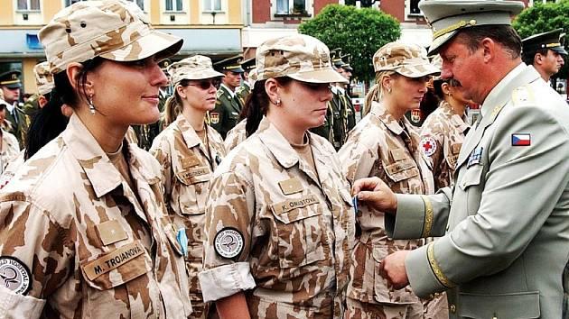 Medaile za Kábul. Členové prvního kontingentu polní nemocnice včera v Hradci Králové převzali medaile. Nejmladší členkou jednotky byla 24letá Michaela Trojanová (na snímku první zleva).