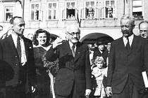 ZDENĚK NEJEDLÝ  je zachycený  na snímku při  svojí první poválečné návštěvě Litomyšle v červnu  roku 1945.