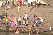 RANNÍ koupel v Ganze. Všimněte si bělochů.