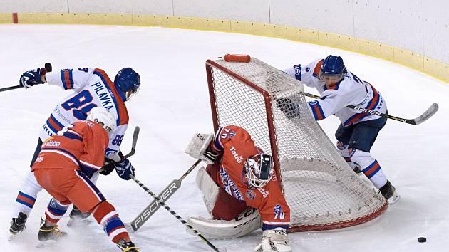 Litomyšlským hokejistům (v bílém) se první semifinále Martincova poháru nepovedlo.
