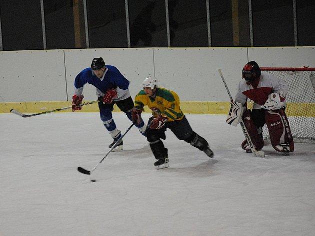 Třinácté kolo městské hokejové soutěže v Litomyšli.