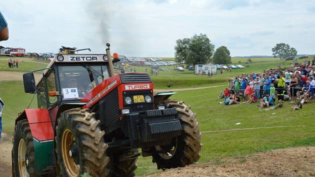ČTYŘI DESÍTKY traktorů se představily v sobotu v Horním Újezdu na Traktoriádě.