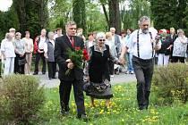 Obyvatelé Poličky si včera připomněli konec druhé světové války. Několik desítek lidí se sešlo na hřbitově u památníků padlým ve světových válkách.