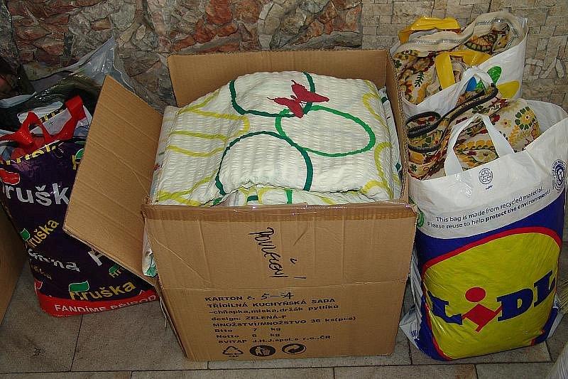 Košťata, lopaty, čistící prostředky, deky, prací prášky  a množství jiných věcí pro obyvatele zatopené Moravy.