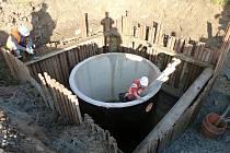 Dělníci při rekonstrukci čističky odpadních vod v Nedošíně. Snímek je z roku 2015. Nedostatek vody dočasně přerušil práce.