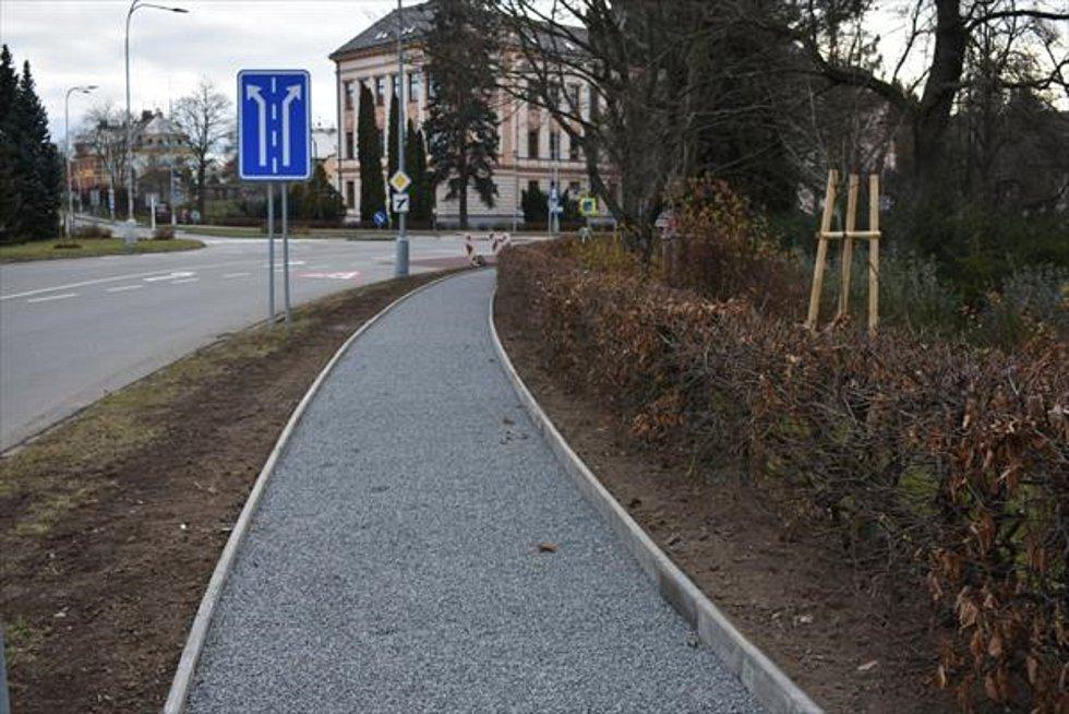 V současné době vrcholí rekonstrukce části chodníku podél silnice I/34 na ulici ČSLA a nábřeží Svobody v Poličce.