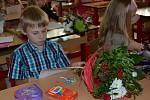 Květiny vyměnily děti s učitelkami za vysvědčení. Nejinak to bylo v Základní škole T. G. Masaryka ve Svitavách.