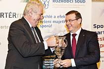 Prezident Miloš Zeman předává členu představenstva Bohdanu Wojnarovi cenu za Objem exportu v letech 1993-2012.