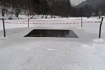 V případě zámrzu vodních ploch vysekávají rybáři do ledu takzvaná okna, aby pod hladinou mohla probíhat fotosyntéza a odpadní plyny neotrávily vodu. Letos něco takového potřeba ještě nebylo.