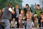 MLADÁ BOLESLAV přivítala na čarodějnické party na Krásné louce stovky lidí. Kromě ohně nechyběla ani muzika.