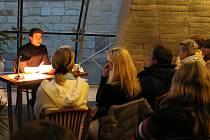 SEDMAPADESÁT českých a osmadvacet zahraničních měst spojila ve středu večer Noc literatury.