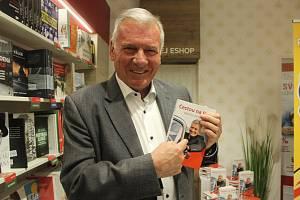 Vratislav Kulhánek se svoji knihou.