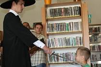 Pasování na rytíře řádu čtenářského v pobočce městské knihovny na 9. základní škole Vega.
