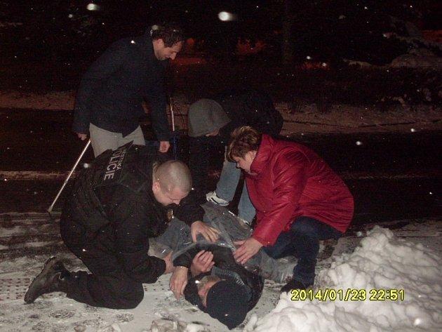 Podchlazeného muže našli městští strážníci