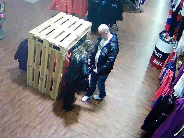 Dvojice kradla v obchodě s textilem