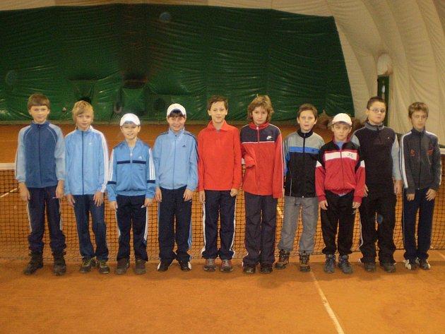 Účastníci okresního halového přeboru v tenisu: (odleva) Křováček, Doseděl, Pech, Zima, Tůma, Kancnýř, Bureš, Šimáček, Hadaščok, Hájek.