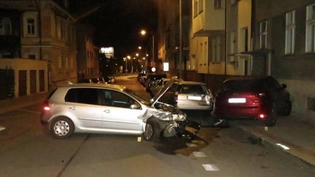 Řidič pod vlivem alkoholu havaroval do zaparkovaných vozidel.